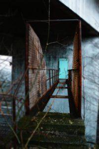 cabines de maintenance désaffectées sous un pont en Belgique